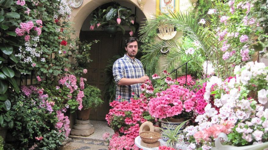 Santiago, en su patio de la calle Zarco, 13, en Córdoba.