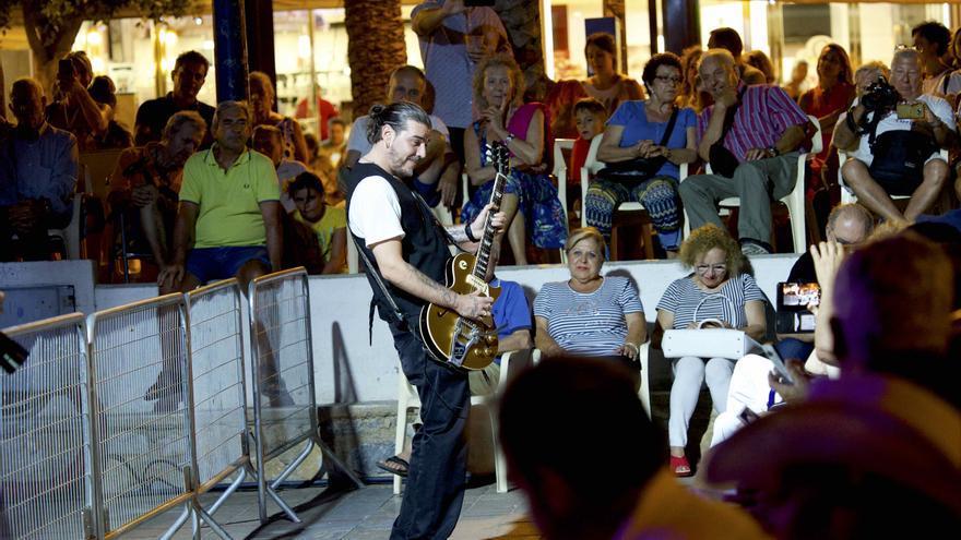 El guitarrista catalán, Alex Zayas, bajó a tocar entre el público