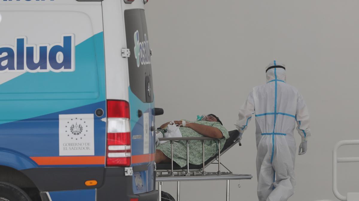 Personal médico ingresa a un paciente al nuevo hospital de cuidados intensivos para atender la pandemia covid-19, en una fotografía de archivo. EFE/Rodigo Sura