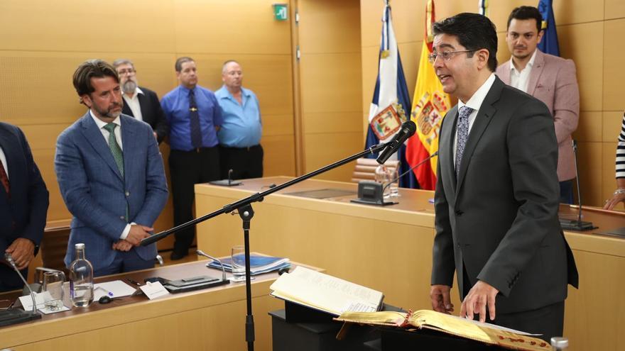 Pedro Martín y Carlos Alonso, en el momento en que el primero toma el relevo en la Administración insular