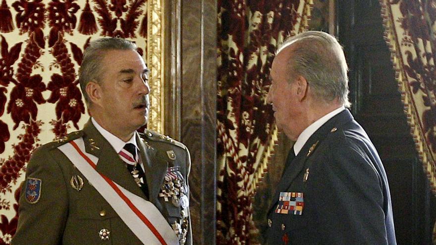 El rey felicita al Regimiento Alcántara condecorado con la Cruz Laureada San Fernando