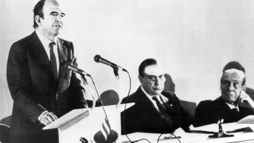 Emilio Botín interviene en la Junta de Accionistas de la entidad financiera en febrero de 1989 ante la atenta mirada de su padre y antecesor en el cargo. Foto: EFE/Andrés Fernández