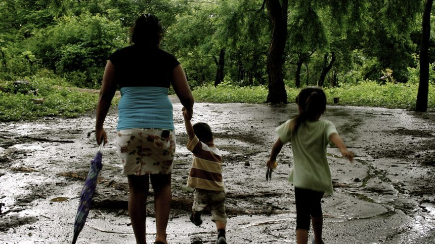 Esmeralda y sus hijos corren hacia su casa/ Gabriela Sánchez