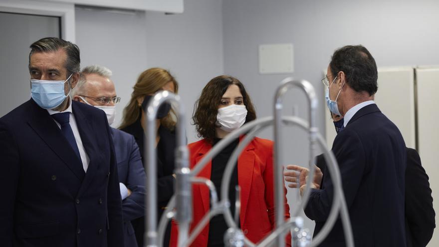 La presidenta de la Comunidad de Madrid, Isabel Díaz Ayuso (centro), acompañada del consejero de Justicia, Interior y Víctimas, Enrique López (1i), durante su visita a la nueva sede del Instituto de Medicina Legal y Ciencias Forenses, en Madrid (España).