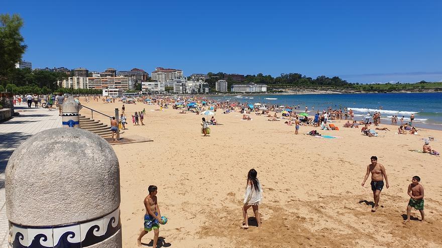 """Revilla dice que Cantabria tiene playas """"inmensas"""" y descarta problemas para mantener las distancias"""