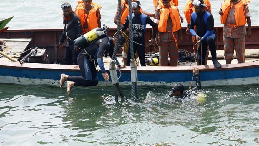 Al menos 17 muertos, 5 de ellos niños, al naufragar un bote en Bangladesh