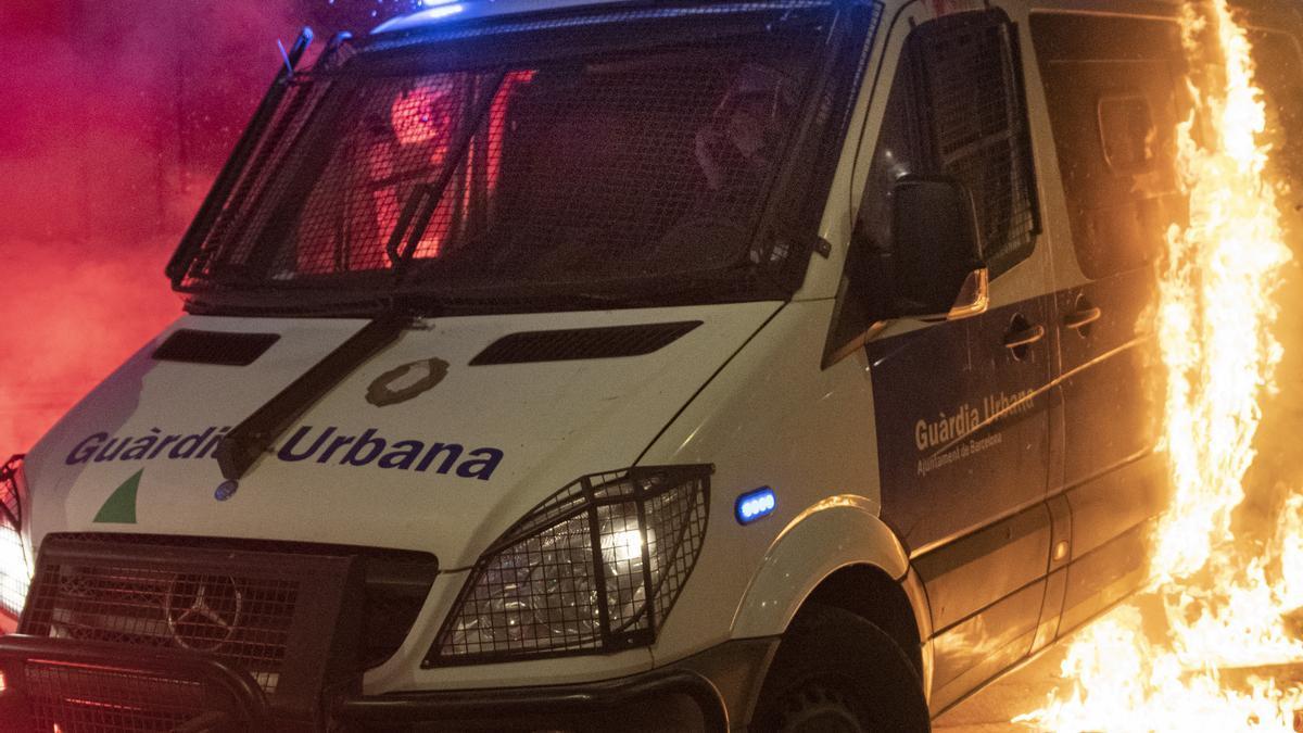 La furgoneta de la Guardia Urbana quemada durante los disturbios