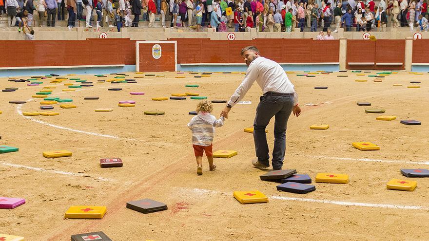 """La ONU pide apartar a los niños de """"la violencia"""" de la tauromaquia, pero en Pontevedra es muy habitual verlos presenciar la tortura. Foto: colectivobritches.com"""