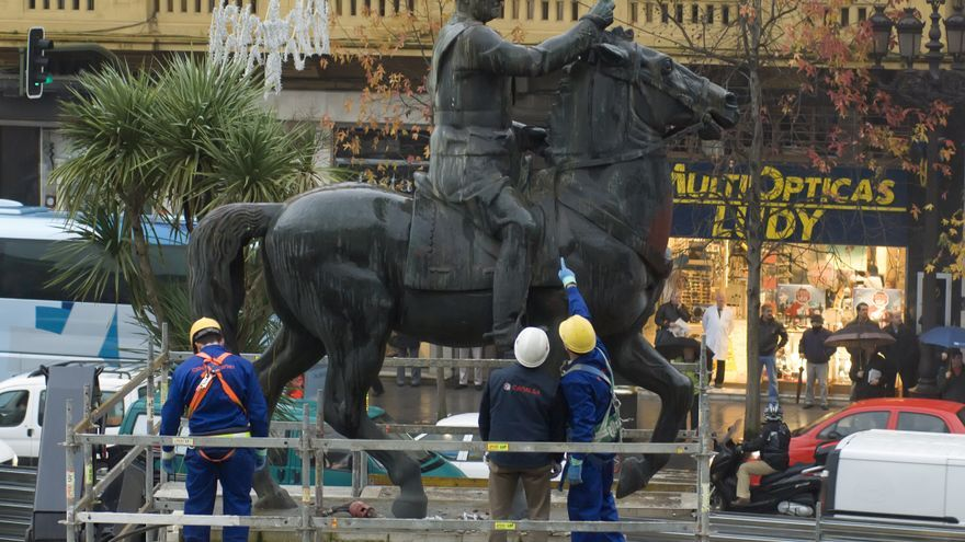 Operarios trabajando en la retirada de la estatua ecuestre de Franco en Santander. | Joaquín Gómez Sastre