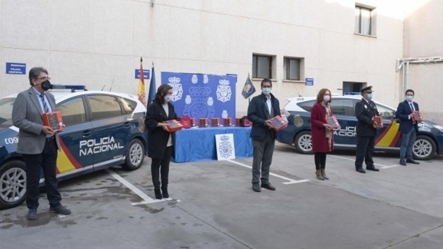 La Diputación posibilita que Ciudad Real sea la primera provincia de España en dotar a los coches de la Policía Nacional con desfibrilador.