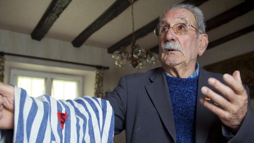 Vicente García nos muestra el pantalón rayado que vistió durante su cautiverio en el campo de concentración de Buchenwald