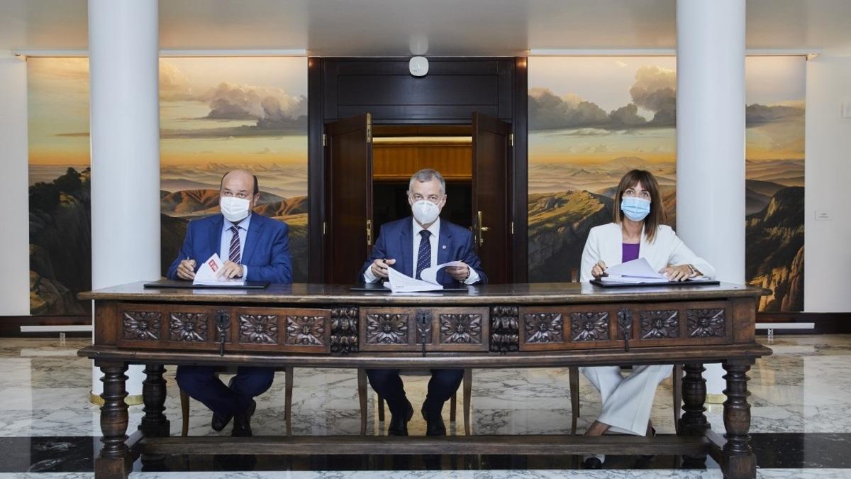 Ortuzar, Urkull y Mendia, firmando el acuerdo de coalición