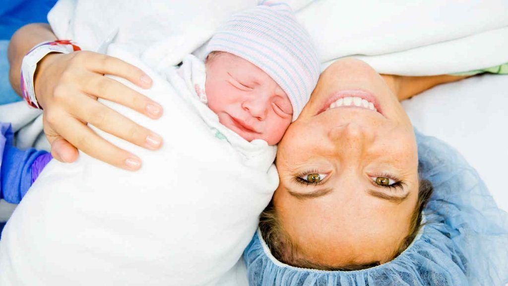 bebe-recien-nacido-madre-sonrie-junto-a-su-bebe
