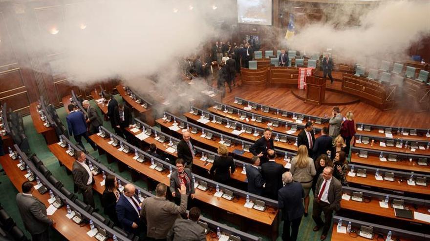 Los ultras lanzan gas lacrimógeno en el Parlamento para impedir una votación