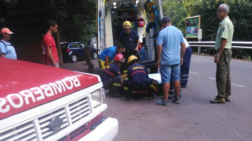 Los bomberos trasladaron el senderista hasta la ambulancia del SUC. Foto: BOMBEROS LA PALMA.
