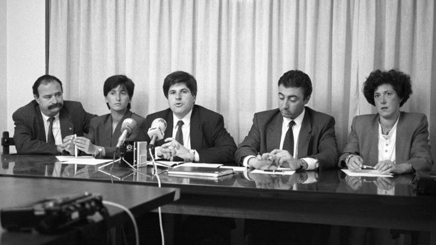 Gregorio Ordóñez (c), acompañado por Eugenio Damboriena (2d), en declaraciones a los medios en el 1991.