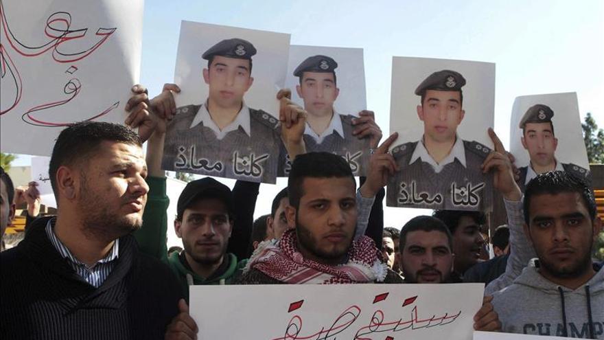 """El Estado Islámico dice que quemó vivo al piloto jordano en aplicación del """"ojo por ojo"""""""