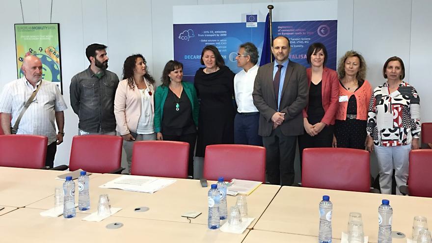 Encuentro de las víctimas y representantes del BNG con la comisaria de Transportes, Violeta Bulc (vestida de negro)