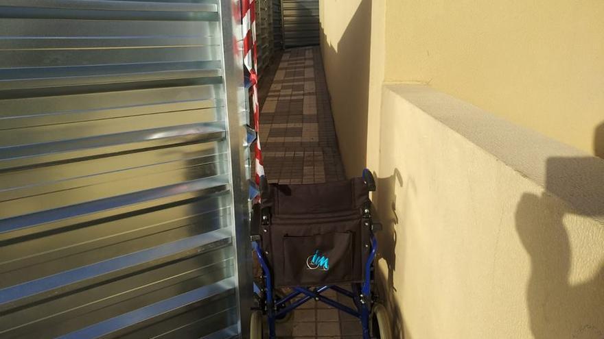 Silla de ruedas a la entrada de las obras del nuevo aparcamiento de Arguneguín.