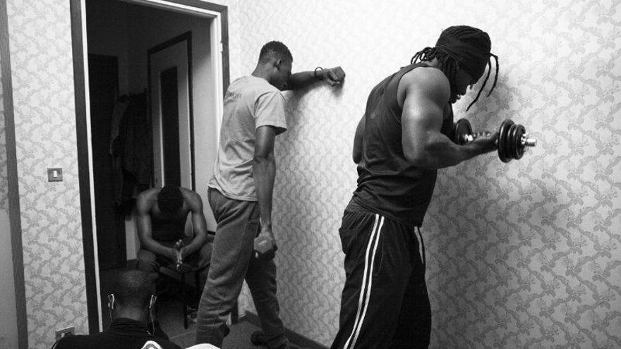 Malick y sus amigos Moussa, de Costa de Marfil, y Mohammad, de Senegal, entrenan antes de acostarse.