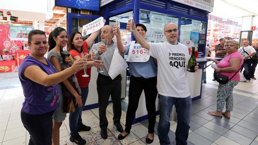 Administración de Lotería número 8 de Telde 'La Brujita', Alberto Suárez, brindan tras haber repartido 150.000€