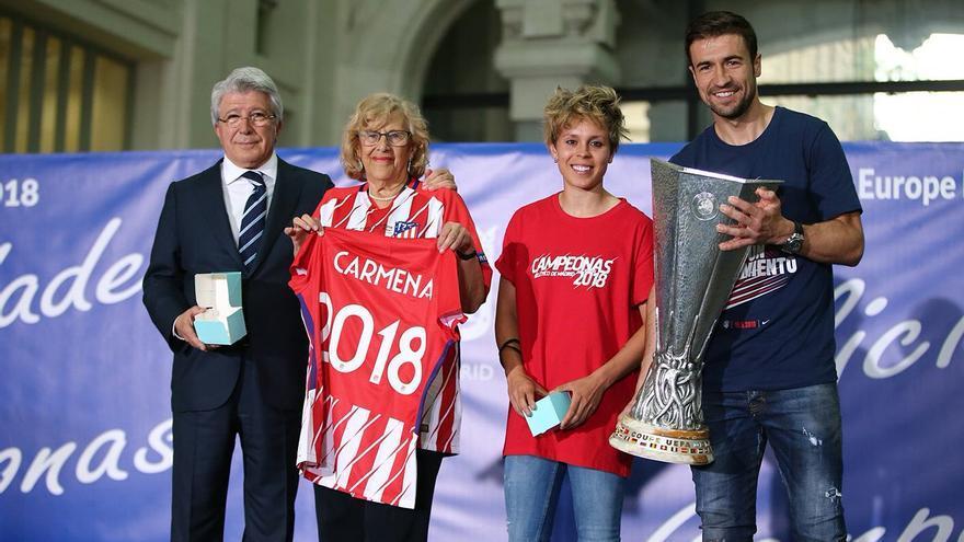 Los capitanes de los equipos masculino y femenino del Atleti, junto al presidente del club, Enrique Cerezo, y la Alcaldesa de Madrid, Manuela Carmena. Imagen: Atlético de Madrid