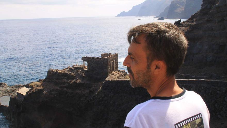 Mauro Castro contempla las ruinas del antiguo embarcadero de Franceses.