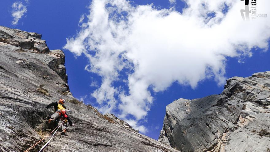 Iker encadenando la vía italiana 'Qui Io Vado Ancora' (7c+/8a- 585 m.) (© Hermanos Pou).
