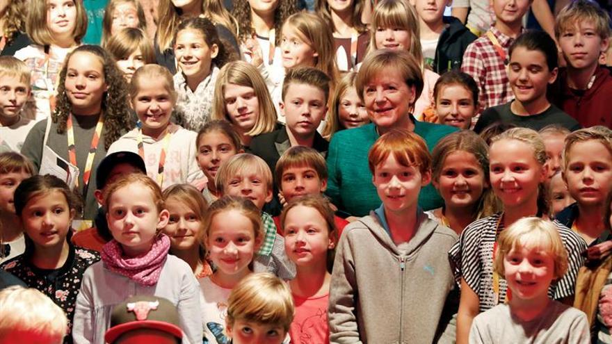 Merkel triunfa entre los niños en su primera rueda de prensa infantil