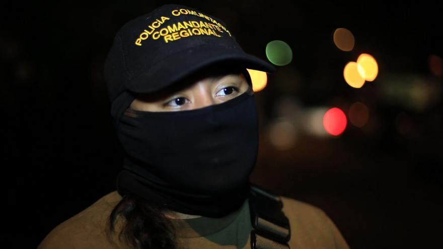 """Tory es la comandante de la """"policía comunitaria"""", que desde que sucedió la masacre resguarda todas las noches las instalaciones de la escuela donde se refugian alumnos y familiares/ Rodrigo Hernández"""