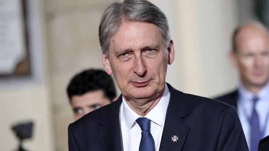 """Londres dice que el periodo transitorio tras el """"brexit"""" debe acabar en 2022"""