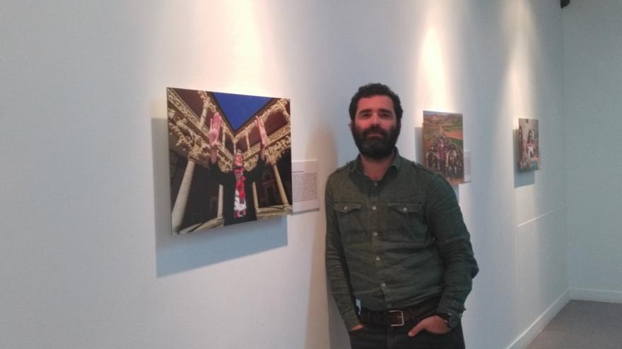 El fotoperiodista Ignacio Izquierdo en la exposición que acoge el Palacio del Infantado