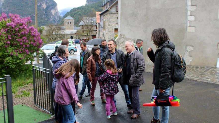 Responsables de la DPH visitan Saravillo, donde se ha financiado un nuevo acceso.