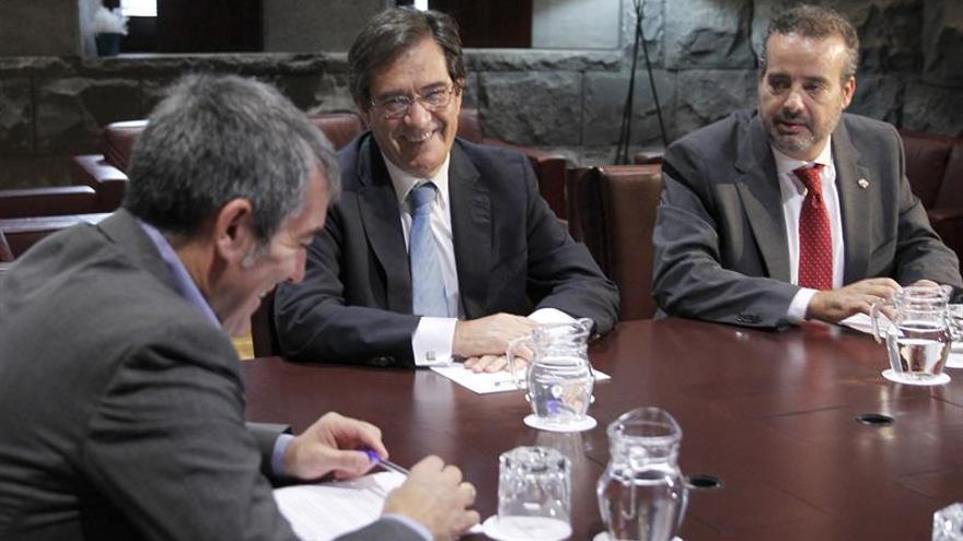 El presidente del Gobierno de Canarias, Fernando Clavijo (i), se reunió hoy con los rectores de las universidades de La Laguna, Antonio Martinón (c), y Las Palmas de Gran Canaria, Rafael Robaina.