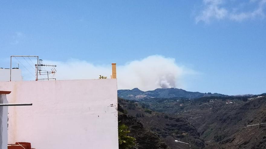 El incendio de la cumbre visto desde Firgas.