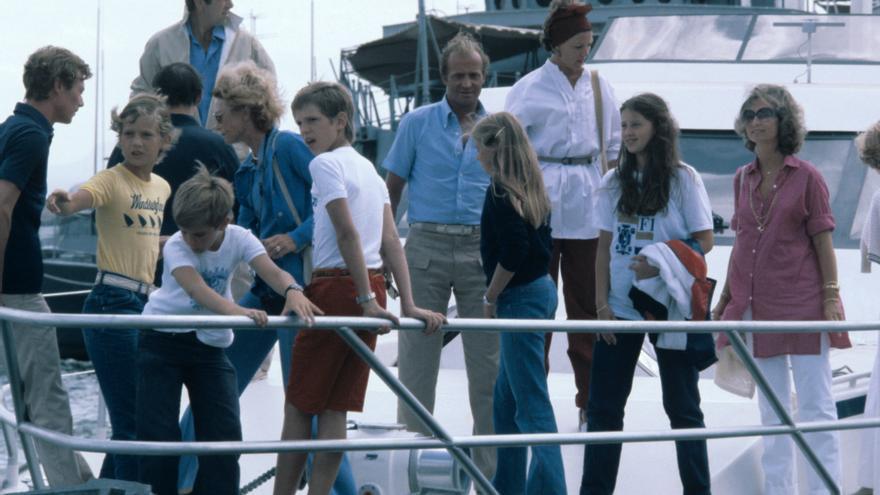 Palma de Mallorca (Baleares), 16-8-1979.- Los Reyes de España y sus hijos, Felipe (2iz) y Cristina (4dc) acompañados de Constantino (detrás) y Ana Mº de Grecia (3 dc) con sus hijos Alexia (2dc), Nicolás y Pablo (3 y 4iz) y de los Grandes Duques de Luxembrugo, Juan y Josefina y su hijo Henri (iz); a bordo del nuevo yate 'Fortuna' regalo del príncipe heredeo Fahed de Arabia Saudi.
