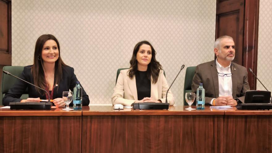 La presidenta de Ciudadanos, Inés Arrimadas, junto al líder del partido en el Parlament de Cataluña, Carlos Carrizosa, y a la portavoz del grupo parlamentario, Lorena Roldán, en un acto en la Cámara autonómica.
