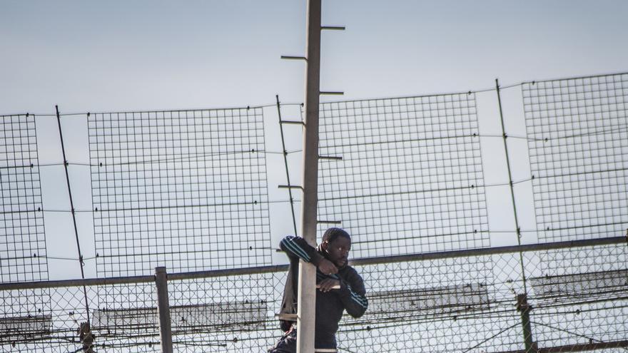 Los inmigrantes subidos a un poste /  J.B.A.