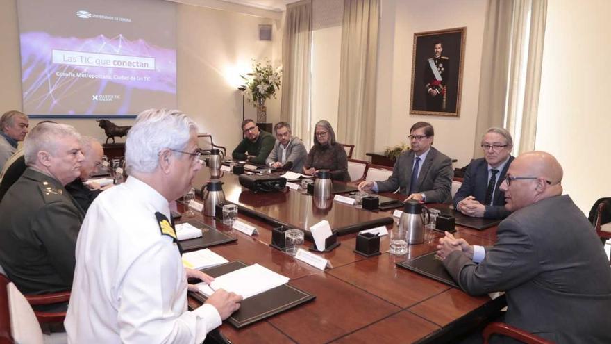Reunión en el Ministerio de Defensa para presentar el proyecto Cidade das TIC, con la silla vacía reservada para la Xunta