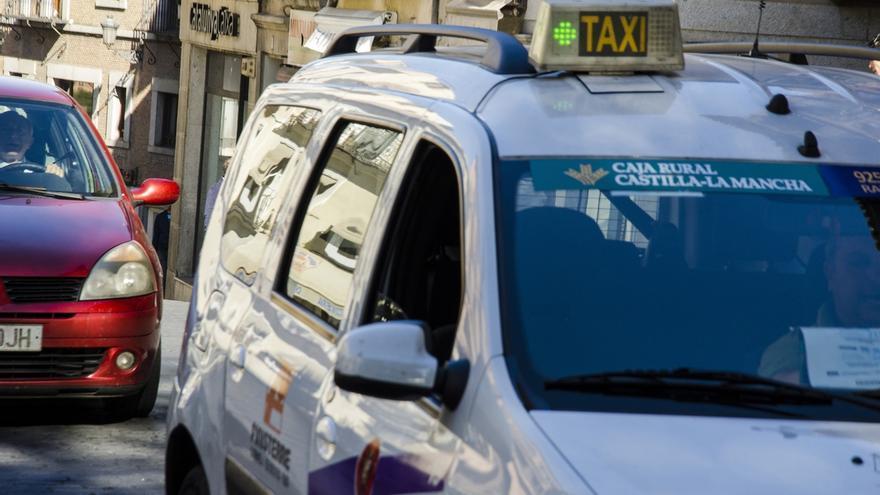 """Los taxistas convocan una manifestación el 11 de junio para pedir una respuesta """"contundente"""" contra Uber"""