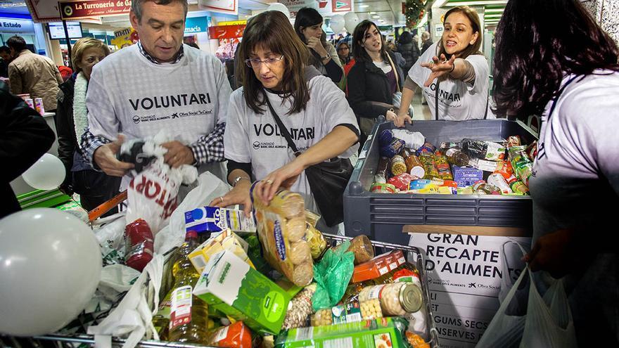 Un grupo de voluntarios organiza un carro de alimentos de la Gran Recogida, en unos grandes almacenes de Barcelona. (Carmen Secanella)