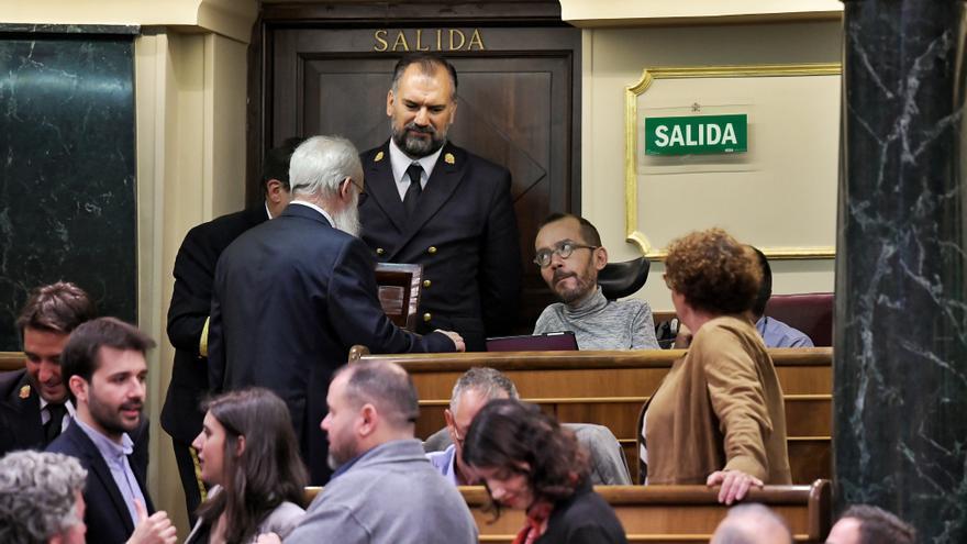 Pablo Echenique (UP), en el gallinero, habla con el presidente de edad del Congreso Agustín Zamarrón / Dani Gago (Podemos).