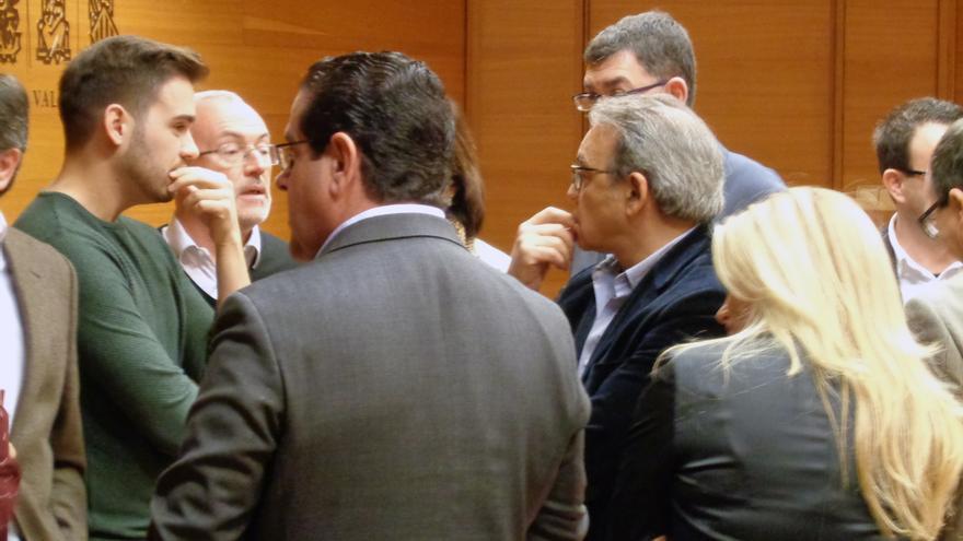 Fran Ferri, Antonio Montiel y Manolo Mata dialogan con Enric Morera y Carmen Martínez tras la comisión de RTVV en las Corts
