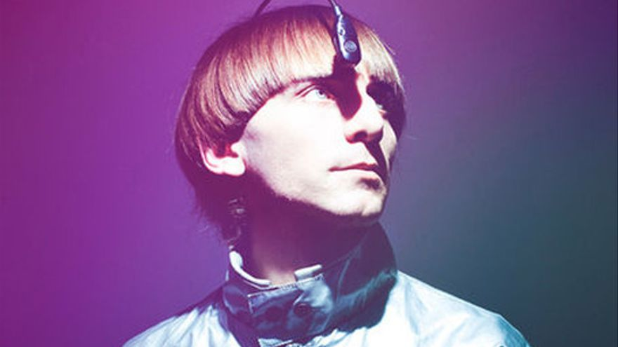 El 'eyeborg' de Neil Harbisson integra una antena con un sensor que detecta los colores