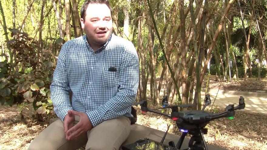 David Santos posa junto a su dron, en un momento de la entrevista
