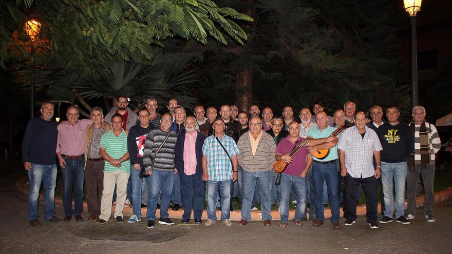 Los integrantes de la rondalla Amigos de Lo Divino en la plaza José Mata. Foto: PILAR NIEVES HERNÁNDEZ AYUT.