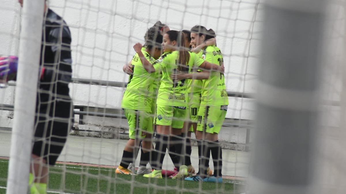 Las jugadoras del Pozoalbense celebran su gol en Granada.