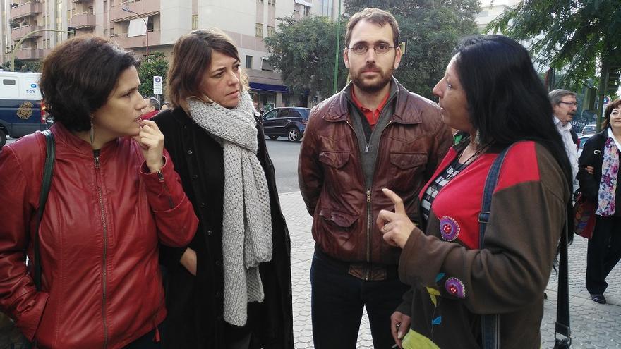 Meyer, Cortés y Valero, a las puertas de los juzgados de lo penal de Sevilla este martes, conversando con una de las miembros de la corrala