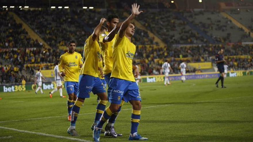 Los jugadores de la UD Las Palmas celebrando el primer gol marcado por Asdrúbal en el Estadio de Gran Canaria. (Twitter oficial de la UD Las Palmas).