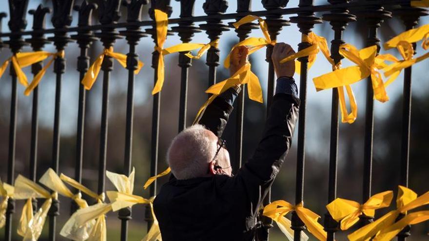 Un folleto explica a los turistas que visitan Torroella los lazos amarillos